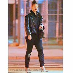 Celebrity Style   海外セレブ最新ファッション情報 : 【リアーナ】こんなに似合う人はいない?!超ビッグサイズのフープピアスを揺らしてお出かけ!