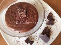 La crema al cioccolato bimby è una variate della classica crema pasticcera. Ottima per farcire, guarnire e decorare torte, crostate e rotoli.