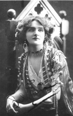 Lily Elsie April 1886 – 16 December was a popular English actress and singer during the Edwardian era, best known for her starring . Lily Elsie, Victorian Women, Edwardian Era, Belle Epoque, Vintage Photographs, Vintage Photos, Vintage Portrait, Antique Photos, Divas