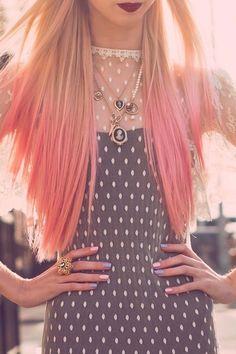 Dots. punk rock style. Rosa negro vestido. Cabello rosa. Pink hair.
