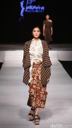 Lulu Lutfi Labibi Batik Fashion, Ethnic Fashion, African Fashion, Indonesia Fashion Week, Jakarta Fashion Week, Hijab Fashion Inspiration, Mode Inspiration, Design Inspiration, Traditional Fashion