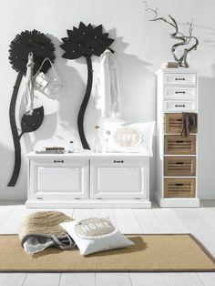 Décor nature et simplicité : porte manteaux originaux, tapis tissés, meubles en osier... by helline http://www.helline.fr/Notre-conseil/Commode/sh26817306sp18649078/HellineFr