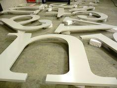 Stalen letters met aangeschoten draadeinden aan de achterzijde, 5 mm dik poedergecoat.