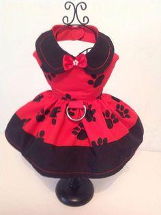 Rojo y negro pata impresión arnés perro vestido Este vestido se hace de algodón y está totalmente forrado, tiene un cuello de contraste negro y banda alrededor de la parte inferior de la falda, también tiene un anillo en d y lado suelte los clips que no se deshagan sin importar
