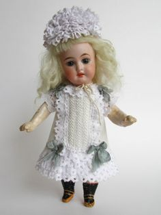 Tiny-Dress-and-hat-for-Antique-French-or-German-Doll