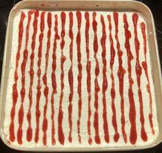 Sernik na zimno na jogurtach greckich z musem truskawkowym i chrupiącym czekoladowym spodem - Blog z apetytem Bacon, Breakfast, Food, Morning Coffee, Essen, Meals, Yemek, Pork Belly, Eten