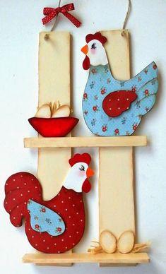 wandhanger-paneel van hout met kippen ook leuk om i.p.v eitjes, een gat in de plank zagen om een bloempotje in te hangen