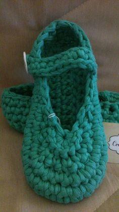 Zapatillas de diseño Trapillo-Crochet https://www.facebook.com/GorrosBoinasCrochet