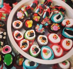 Leuke snoepsushi als traktatie op school of op je werk! Rice Krispie Treats, Rice Krispies, Anna Craft, Candy Sushi, Candy Party, Biscuits, Bake Sale, Good Food, Bear Birthday