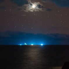 Instagram【makoto19601001】さんの写真をピンしています。 《2017/01/17 神々しい星明り。 仕事帰りに…沖の三本岳には漁火、手前の海面がやけに白っぽく…撮ってみると雲の中からの金星の星明り。雲から現れる金星もまるで月のような明るさ…やがて雲から現れた金星は海面に光の道を…  D7200 35(52)mm ※上下トリミング #三宅島 #星空 #星景 #夜景 #黄道光 #天の川 #金星 #金星の道 #星 #海 #空 #水平線 #東京カメラ部 #miyakejima #star #starrysky #zodiacallight #milkyway #venus #mars #ocean #horizon #reflection  #tokyocameraclub #d7200》