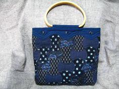 ◆… 趣味で,さまざまな物を作っています。 …◆◆… 材料は身の回りのもの全てです。古布(絣・紬・木綿・縮緬・麻・帯)勿論新品も。 …◆◆… パッチワーク用の木綿の布・洋服のはぎれ・ハンカチ・バンダナ・クッキーの蓋を包んである綺麗な布まで。 …◆◆… タンスに仕舞い込んである、エプロンやジーンズも……。気に入ったら何でも切り刻みます。 …◆ ■スプール(分銅)を繋いだバッグです。丁寧にキルティングがしてありますのでとても丈夫です。 ■和の布が持つ懐かしいレト...