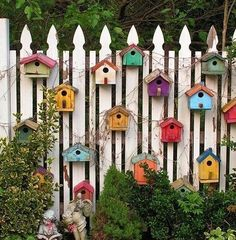 Findest du deinen Gartenzaun auch etwas langweilige? Dann pimpe deinen Zaun mit diesen 9 kreativen Ideen - DIY Bastelideen