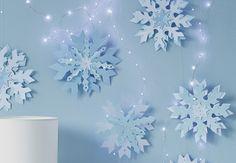 Des flocons suspendus en papier Ces montages en papier est une activité à partager en famille pour décorer la maison du sol au plafond. Des flocons suspendus en papier