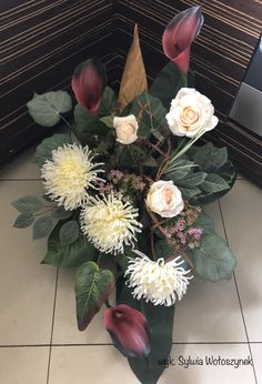 Kompozycja funeralna 2018r. wyk. Sylwia Wołoszynek Funeral Flowers, Planting Succulents, Artificial Flowers, Berries, Floral Wreath, Leaves, Wreaths, Plants, Home Decor