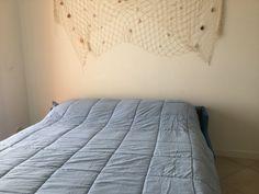 Wohnzimmercouch lässt sich mit einem Hangriff zum bequemen Doppelbett verwandeln Comforters, Blanket, Bed, Furniture, Home Decor, Green Landscape, Twin Size Beds, Creature Comforts, Homemade Home Decor