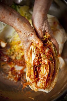 Making kimchi is not easy because of the salts,garlic and pepper it burns really bad if you are not use to it. Use gloves if you feel you need too. Korean Dishes, Korean Food, Vietnamese Food, K Food, Food Porn, Indian Food Recipes, Asian Recipes, Fermentation Recipes, Homebrew Recipes