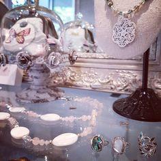 Gros plan dans la boutique Stéso Bijoux à Carouge, Ave Cardinal-Mermillod 22. Swarovski, Snow Globes, Creations, Table Decorations, Boutique, Home Decor, Mother Of Pearls, Unique Jewelry, Decoration Home