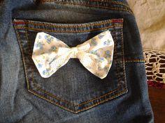 da un pantalone lungo che ormai non usavo più ho ricavato uno short per una gamba grossa ( termina dopo l'interno coscia) decorato con cotone floreale sulla tasca con un fiocchetto
