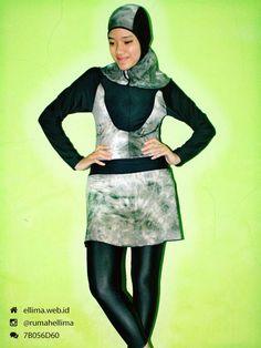 Kode: BRMD201426, Harga: IDR 185.000. Baju renang muslimah dewasa berwarna dasar hitam kombinasi motif abstrak. Unik, modis dan elegant. Model baju dan celana renang terpisah, dilengkapi jilbab. Resleting disisipkan di depan baju untuk memudahkan pemakaian.