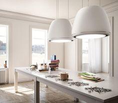 Moderne Dunstabzugshaube in weißer Farbe über die Kücheninsel