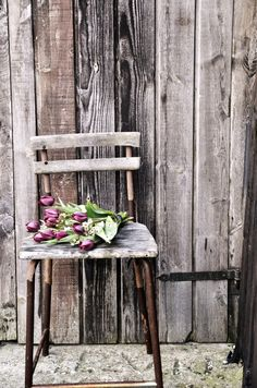 Tulips & barn wood Love old chairs! Weathered Wood, Old Wood, Barn Wood, Fleur Design, Deco Nature, Purple Tulips, Deco Floral, Old Chairs, Rustic Charm