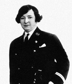 Elisa Soriano con uniforme de la Marina, en 1928. Foto cedida por Teresa Ortiz. Elisa Soriano fue la hija mayor del ginecólogo y académico madrileño José Soriano y Surroca (1865-1939). En 1910, Elisa comenzó a estudiar simultáneamente el