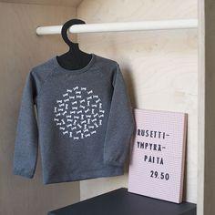 Onko teillä edessä syksyn hankintoja koululaiselle tai päiväkotilaisille? Mitä on listalla? Kuva: @omin_fi . . . #hipdesignkuja #lastenvaatekarnevaali #omintyyli #omin_fi #harmaa #grey #paita #päiväkotiin #koululainen #madeinfinland #finnishdesign