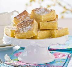 Sött möter syrligt i en kladdig kombination! En härligt fräsch citronkladdkaka som är enkel att göra i långpanna.