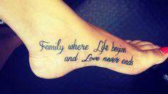 """Pequeño tatuaje que dice """"Family is where life begins and love never ends"""", frase en inglés que significa """"Familia, donde la vida empieza y donde el amor nunca acaba"""", situado en el interior del pie."""