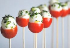 Caprese Tomato Bites Recipe and other great Easy Thanksgiving Appetizers Yummy Appetizers, Appetizers For Party, Appetizer Recipes, Party Recipes, Parties Food, Easy Thanksgiving Appetizers, Toothpick Appetizers, Snacks Für Party, Clean Eating Snacks