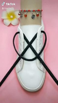 Ways To Lace Shoes, How To Tie Shoes, Sneakers Fashion, Fashion Shoes, Mens Fashion, Ways To Tie Shoelaces, Diy Clothes And Shoes, Diy Fashion Hacks, Diy Crafts Hacks