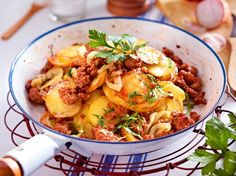 Unser beliebtes Rezept für Kartoffel-Hack-Pfanne und mehr als weitere kostenlose Rezepte auf LECKER. potato al horno asadas fritas recetas diet diet plan diet recipes recipes Dumplings, Benefits Of Potatoes, Cooking Together, Dried Beans, Popular Recipes, Potato Recipes, The Best, Food And Drink, Yummy Food