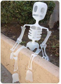 Skeleton made out of plastic (milk jugs) for Halloween or Day of the dead Esqueleto de garrafas de plástico para Halloween o dia de muertos Holidays Halloween, Halloween Crafts, Holiday Crafts, Holiday Fun, Happy Halloween, Halloween Decorations, Halloween Party, Holiday Ideas, Halloween Ideas