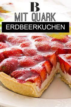 Erdbeerkuchen mit Quark – Rezept Strawberry cake with quark – recipe. Strawberry cake with quark is a delicious alternative to the high-calorie version with cream. In the recipe, we show you step by step how to succeed. Best Strawberry Cake Recipe, Strawberry Sheet Cakes, Fresh Strawberry Cake, Strawberry Recipes, Sheet Cake Recipes, Homemade Cake Recipes, Cupcake Recipes, Quark Recipes, Baking Recipes