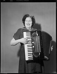 Mamma's got a squeezebox. Vintage Photographs, Vintage Photos, American Splendor, Music Icon, Music Music, Piano Accordion, Mountain Music, I Want To Know, Sound Of Music