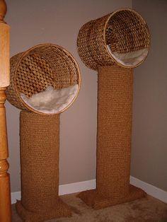 Árbol rascador de sisal con una cesta de mimbre de Ikea