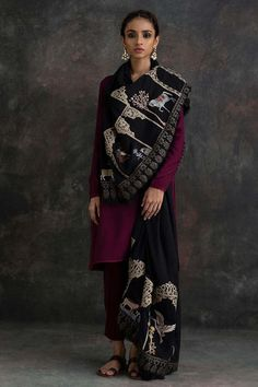 Nida Azwer - Black Shawl With Resham Work And Leather Borders. Pakistani Formal Dresses, Pakistani Dress Design, Pakistani Outfits, Indian Dresses, Indian Outfits, Pakistani Couture, Indian Clothes, Indian Attire, Indian Wear