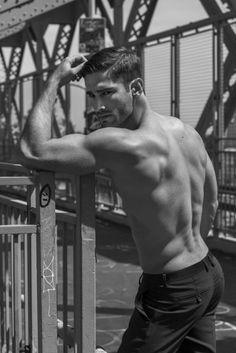 Hombre de espaldas sin camisa