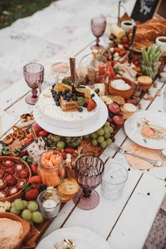 Charcuterie Recipes, Charcuterie And Cheese Board, Charcuterie Display, Picnic Birthday, 39th Birthday, Party Food And Drinks, Fancy Party Food, Brunch Table, Harvest Party