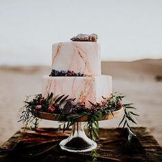 CAKE! Photographer: @taylorholleyphotography Cake made by the amazing @anniebeecakes