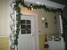 Joulu, jouluvalot ja joulukoristeita.