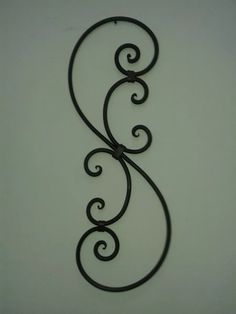 arabescos en hierro forjado Wrought Iron Wall Art, Wrought Iron Stair Railing, Metal Driveway Gates, Metal Gates, Balcony Railing Design, Welding Art Projects, Metal Bending, Grill Design, Iron Furniture