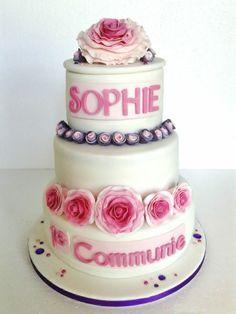 Sophie wil rozen op haar communie taart. Kleine rolroosjes en de  grote met losse blaadjes. Gevuld met aardbeicreme en aardbei fruitvulling.