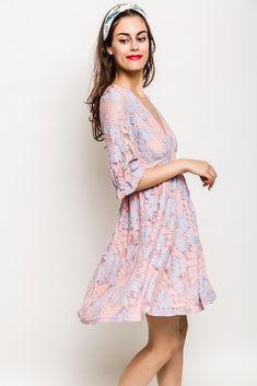 494b48865208 Svetloružové kvetinové šaty s véčkovým výstrihom - Rouzit.sk