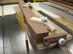 Workbenches are an essential tool for the handyman or the do-it-yourselfer. A builder needs a workbench for efficiency and to easily locate his/her tools. Woodworking Furniture Plans, Woodworking Projects That Sell, Woodworking Shop, Woodworking Crafts, Taper Jig, Wood Trellis, Wood Projects, Diy Wood, Wood Working