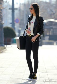 jeans negros, tennis, blusa blanca, saco negro