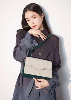 APink's Naeun for Samantha Thavasa 2019 SS collection. Kpop Girl Groups, Korean Girl Groups, Kpop Girls, Japan Bag, Son Na Eun, Apink Naeun, Hand Pose, Best Kpop, South Korean Girls