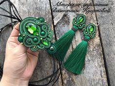 Зелени много не бывает🤗🤗🤗 набор с галстуком 🍏🍏🍏 #aminasjewellery #soutage #soutache #сутаж #сутажныеукрашения #сутажнаятехника #сутажнаявышивка #ручнаяработа #мирный