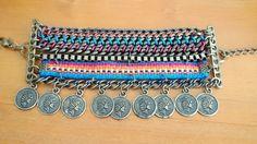 Parece uma porção de pulseiras, não é? Mas é uma só, várias correntes trançadas com pulseirinha da amizade e moedas. Um charme! <br>Este bracelete é ajustável, serve para pulsos de 14 a 21 cm.