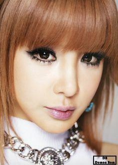 Park Bom dikenal sebagai salah satu member 2NE1 yang memiliki gaya sendiri dalam setiap penampilannya terutama soal make up. Tak heran jika gaya make up Park Bom seringkali dijadikan inspirasi oleh para penggemar Kpop.
